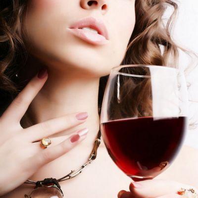 Femeile destepte beau vin de cel putin 4 ori pe saptamana