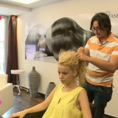 Ramona Hanganu si Adi Perjovschi iti arata o coafura super simpla pentru par cret VIDEO