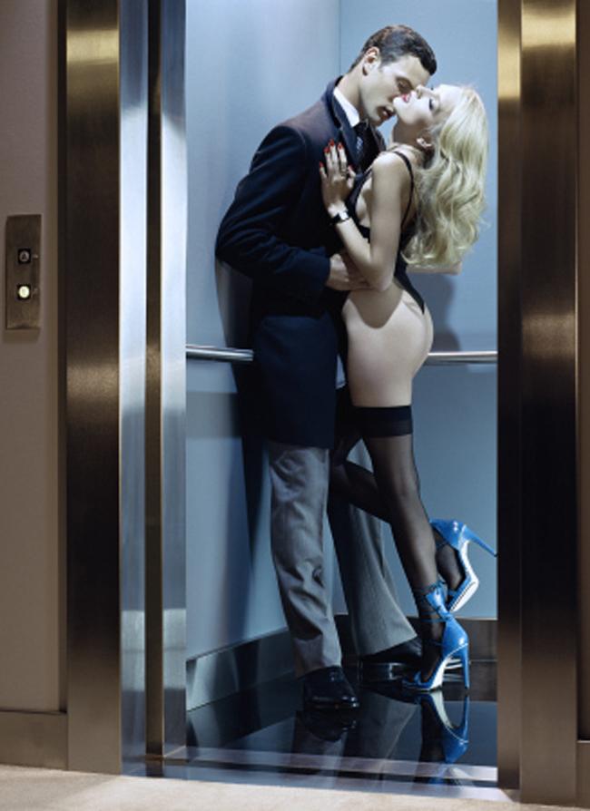 Две девушки в лифте эротика 30