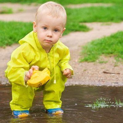 Copiii si murdaria. Uite ce beneficii pot avea micutii care se joaca in locuri mai putin curate