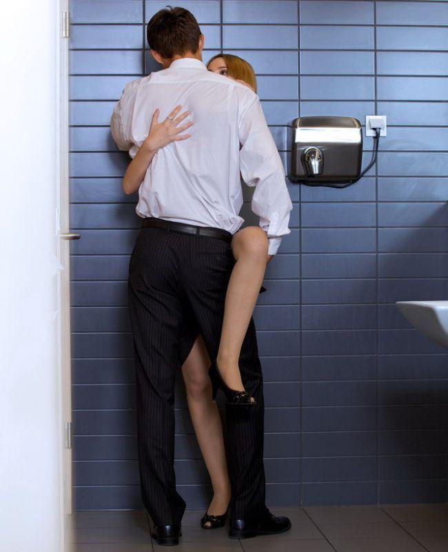 Жопы женщин и киски девушек в женском туалете