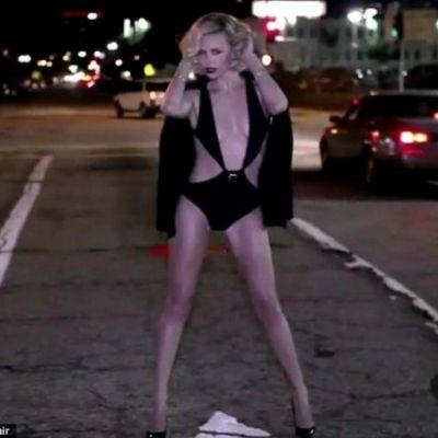 Charlize Theron ndash; in costum de baie, noaptea, pe strazile din LA. Vezi sedinta foto provocatoare