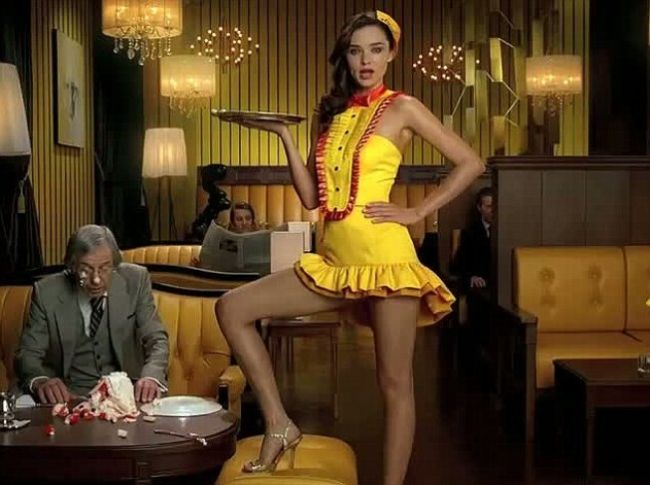 Piciorul Angelinei detronat? Miranda Kerr canta in japoneza intr-o reclama amuzanta