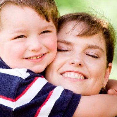 8 martie pentru copilul care are doar mama. Cum petrece o femeie singura Ziua Mamei?
