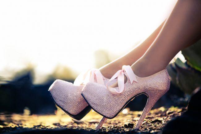 Sfaturi de la fotomodele: cum sa mergi pe tocuri inalte fara sa te doara picioarele