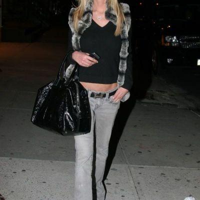 Tara Reid socheaza din nou: infiorator de slaba intr-o pereche de jeansi gri