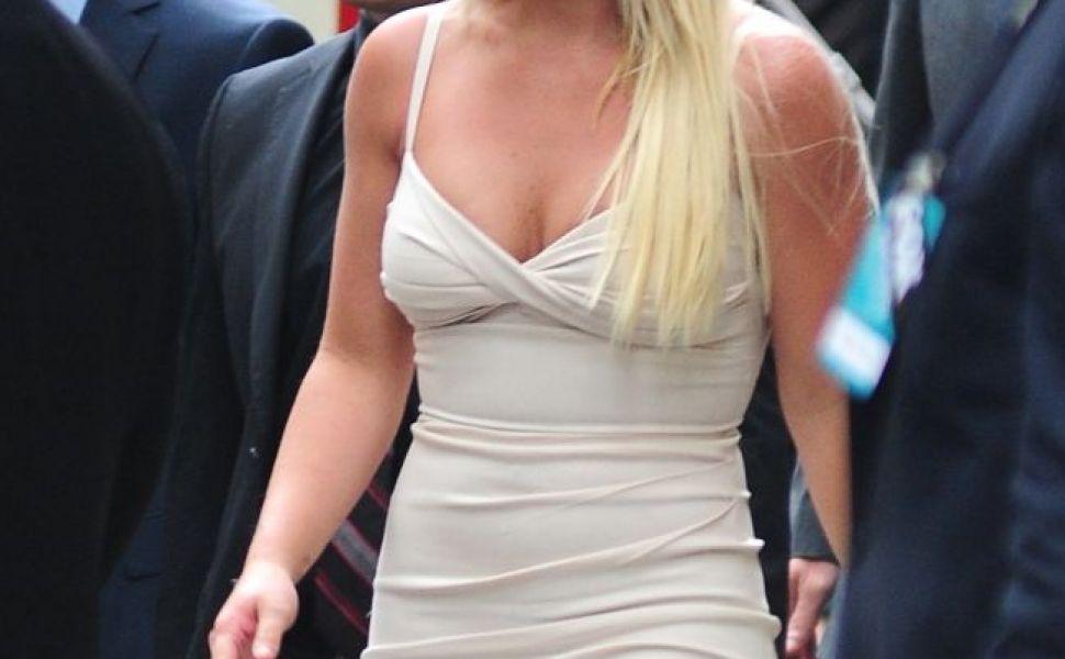 Britney Spears suceste capete intr-o rochie nude, foarte