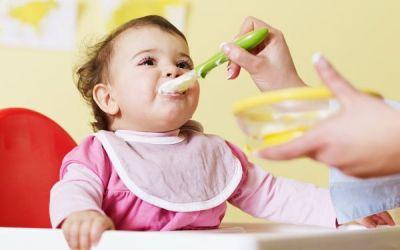 Când începem diversificarea alimentației la bebeluși și cum procedăm