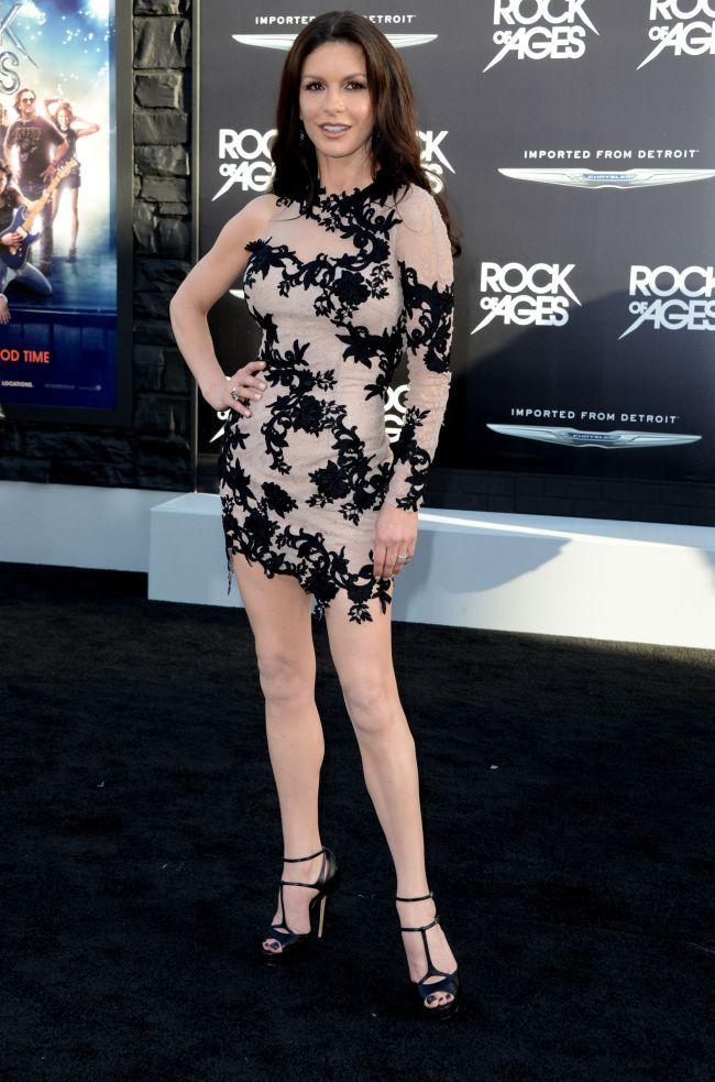 Catherine Zeta-Jones, o aparitie dezamagitoare la premiera celui mai recent film. Ce parere ai despre outfit-ul ei?