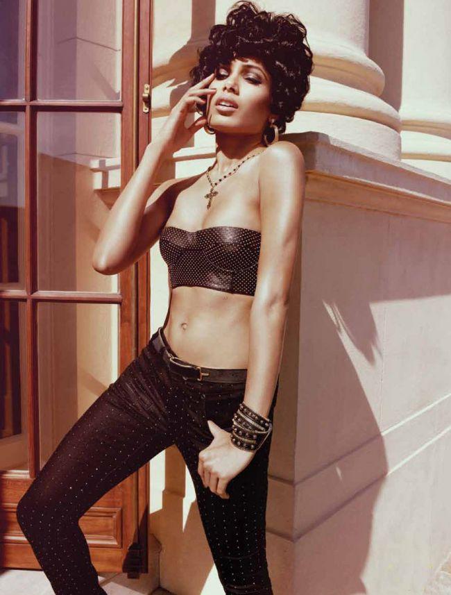 Freida Pinto ndash; in cel mai provocator pictorial al ei de pana acum. Vezi cat de sexy este actrita din Slumdog Millionaire in stilul anilor  50