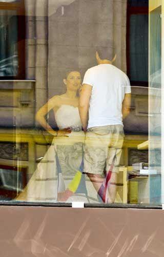 primele imagini cu elena gheorghe mireasa s a dus cu sotul ei sa probeze rochiile. Black Bedroom Furniture Sets. Home Design Ideas