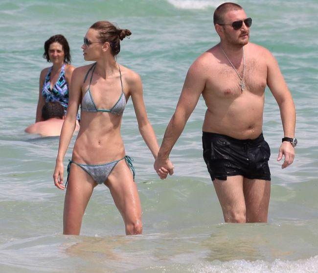 Cuplul soc care a atras toate privirile la plaja: ea fotomodel piele si os, el cu burta si cu lant de aur