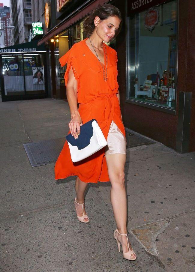Aparitie neobisnuita: Katie Holmes cu un zambet larg si juponul la vedere pe strazile din New York