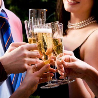 Bunele maniere la petreceri: cum sa tii corect paharul in mana si cum sa bei bautura