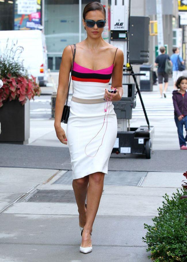 Look-ul zilei: Jessica Alba summer chic intr-o rochie alba cu dungi colorate