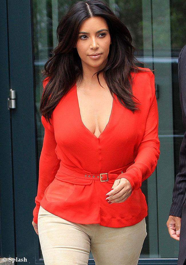 Kim Kardashian si-a aratat formele intr-o pereche de pantaloni super stramti. Vezi cum au surprins-o paparazzii