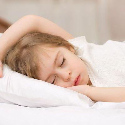 Ce spune pozitia de somn a unui copil despre personalitatea sa
