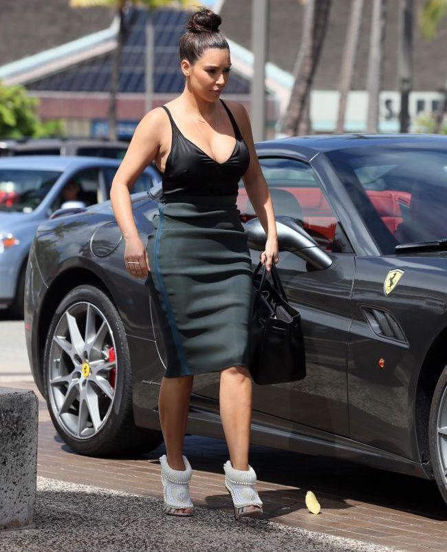 Kim Kardashian a facut senzatie in vacanta cu un decolteu periculos de adanc. Uite privelistea care i-a incantat pe toti barbatii din Hawaii