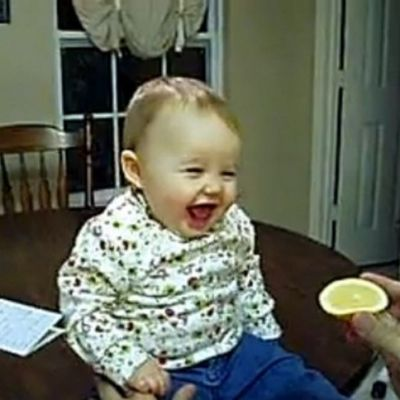 Sa radem alaturi de cei mici: patru clipuri care iti vor aminti de copilarie. Cum reactioneaza bebelusii cand gusta zeama de lamaie