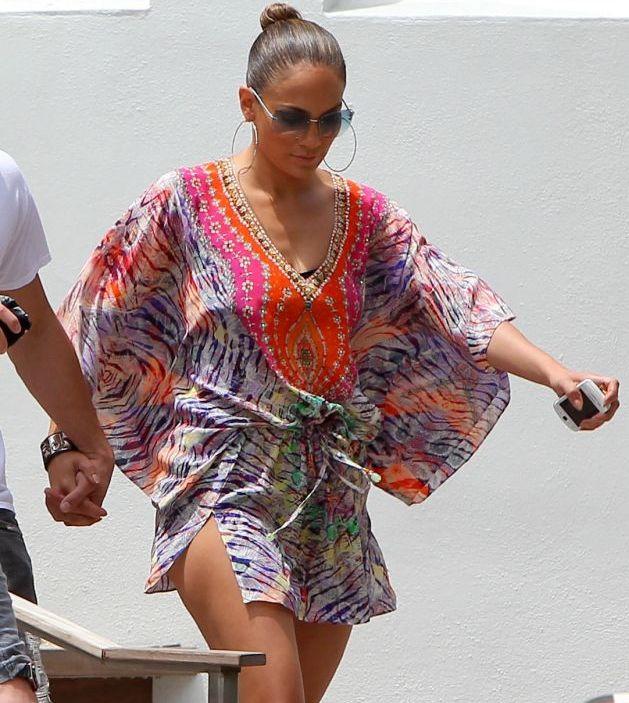 Jennifer Lopez si-a aratat picioarele tonifiate la plaja. Arata demential fara pic de Photoshop