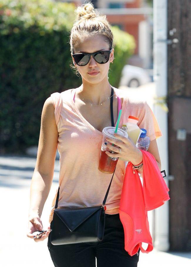 Jessica Alba arata senzational nemachiata. Vezi imaginile surprinse de paparazzi cu tenul ei impecabil
