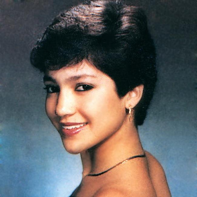 Era sexy latina si inainte sa devina cunoscuta. Ghicesti cine este cantareata din imagine?