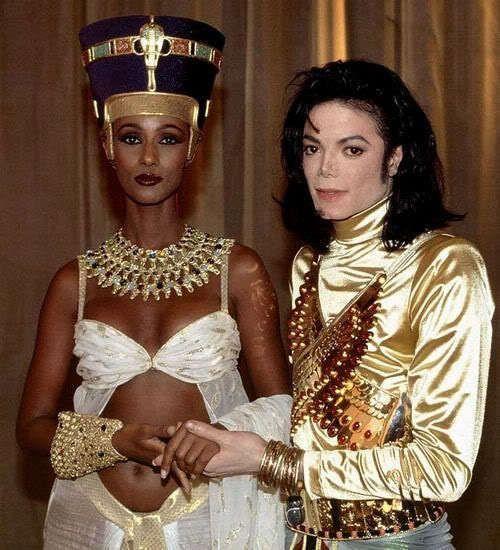 O admirai ca regina egipteana alaturi de Michael Jackson. Cum arata supermodelul Iman la 20 de ani de la aceasta imagine
