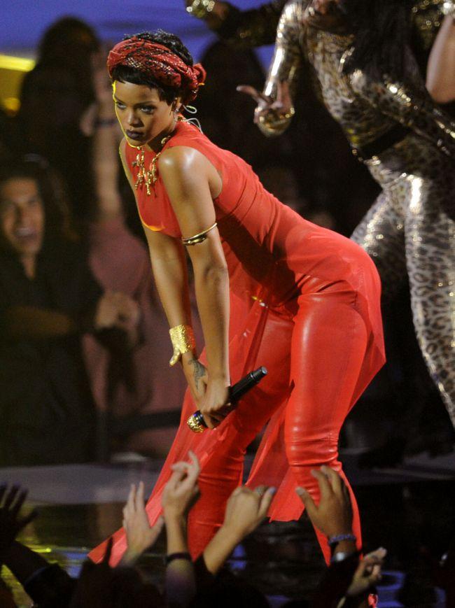 Gestul scandalos de pe scena MTV VMA rsquo;s. Nu o sa-ti vina sa crezi ce a patit obraznica Rihanna in timp ce canta