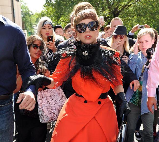 Lady Gaga stie sa se imbrace normal. Aparitia cu care excentrica vedeta si-a surprins fanii