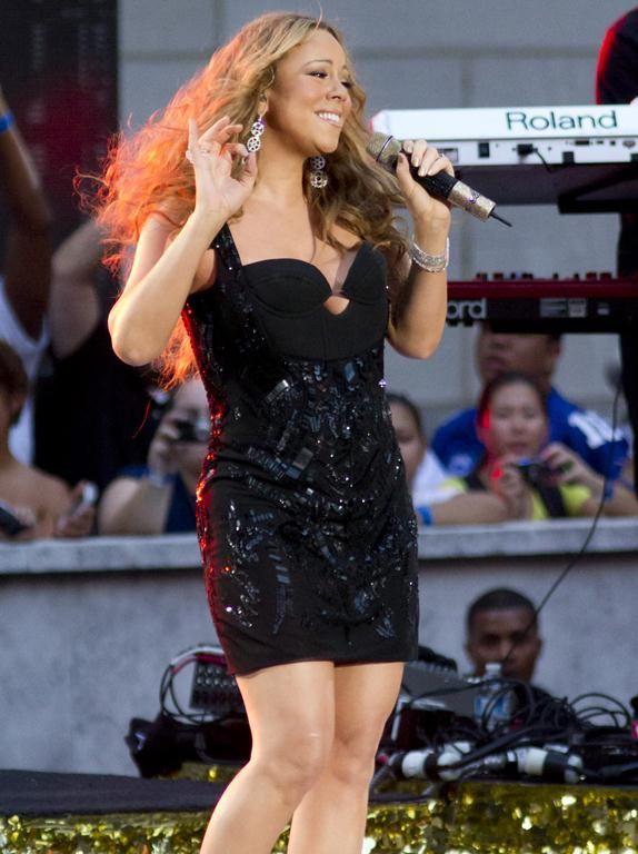 Accident vestimentar pentru Mariah Carey in timpul unui concert. Vezi in ce ipostaza au surprins-o paparazzi intr-un moment de neatentie