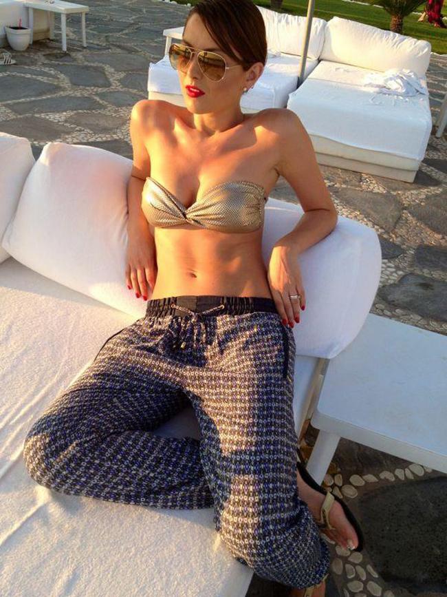 Elena Gheorghe isi etaleaza abdomenul perfect la piscina chiar si in septembrie. Vezi in ce ipostaza sexy a pozat vedeta