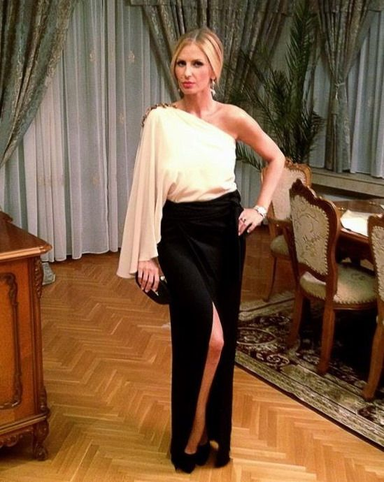 Fashion Police: Andreea Banica intr-o tinuta eleganta la nunta Deliei Matache. Iti place cum s-a imbracat sau crezi ca i s-ar fi potrivit un outfit mai sexy?