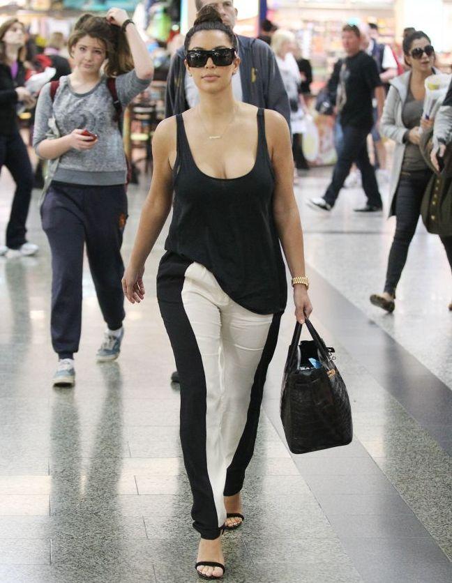 Iluzia optica perfecta. Uite pantalonii care o scapa instantaneu pe Kim Kardashian de kilogramele in plus