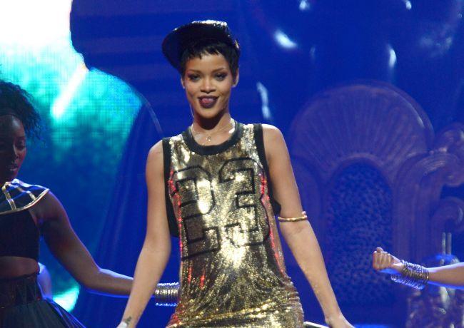 A aparut pe scena pe jumatate dezbracata. Vezi tinuta indecenta pe care a purtat-o Rihanna in Las Vegas