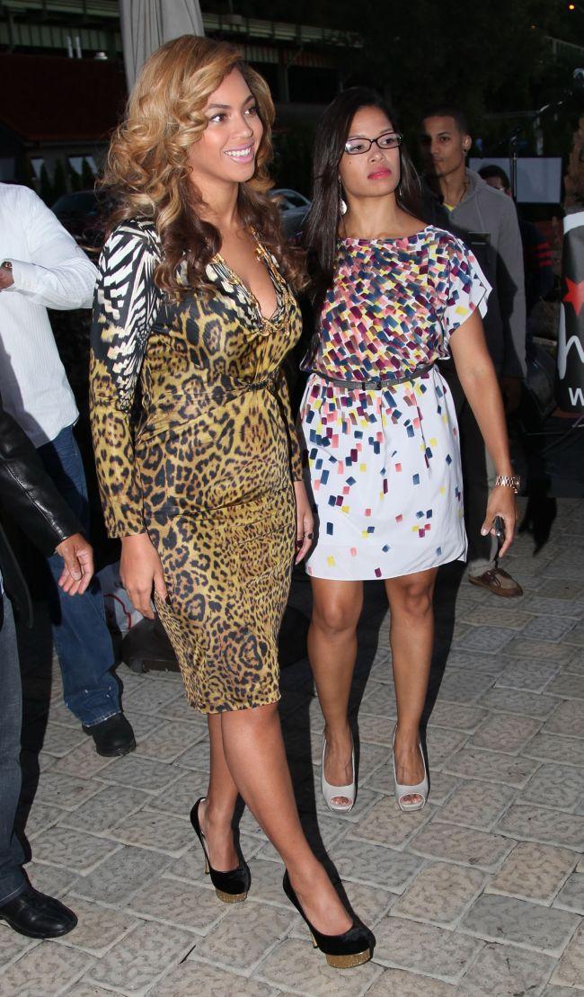 Beyonce si-a expus formele voluptoase intr-o rochie animal print. Vedeta nu se straduieste sa ajunga la marimea S