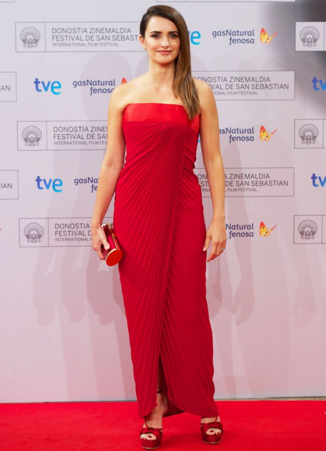 Penelope Cruz, superba intr-o rochie rosie la San Sebastian Film Festival. Vezi si celelalte aparitii sexy ale actritei