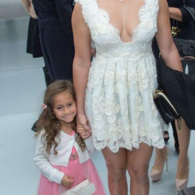 Dana Budeanu, despre rochia creata de ea si purtata de Jennifer Lopez la prezentarea Chanel:  E lucrata manual, au cusut 6 fete la ea timp de 2 saptamani  EXCLUSIV