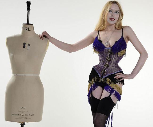 A ajuns sa aiba doar 39 de centimetri in talie, dupa ce a purtat un corset 23 de ore pe zi, timp de 8 ani