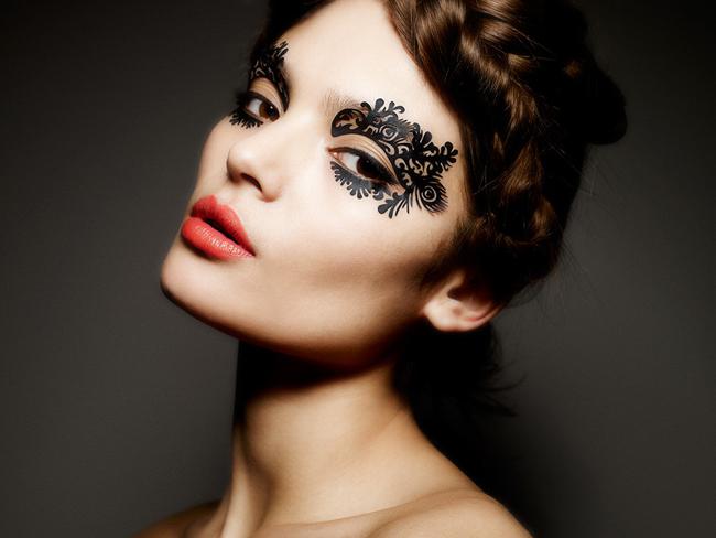 Machiajul dantelat, cel mai nou trend de make-up pentru iarna. Ai purta asa ceva de Revelion?