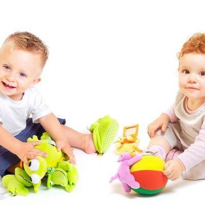 5 jucarii potrivite pentru bebelusi mai mici de 12 luni