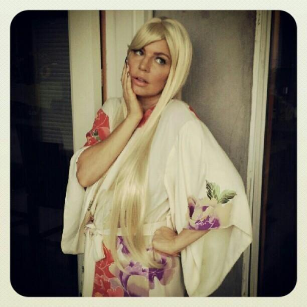 Fergie s-a deghizat de Halloween intr-o cunoscuta actrita. Iti dai seama despre cine este vorba?:)