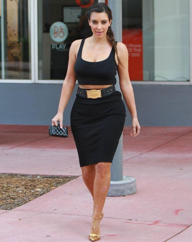 Kim Kardashian isi lasa din nou abdomenul la vedere, purtand o bustiera si o fusta creion. Iti place look-ul ei?