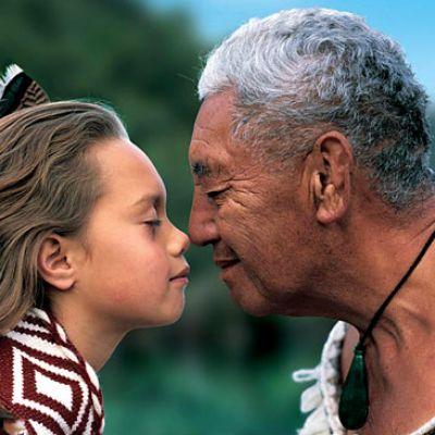Cum se saluta oamenii in insulele Tuvalu si in alte locuri din lume? 8 Cele mai ciudate moduri de salut pe GLOB