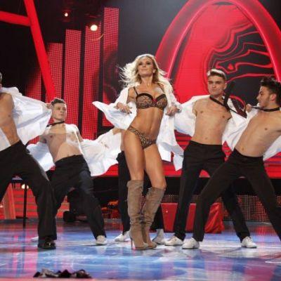 Scene interzise minorilor la  Dansez pentru tine ! Roxana Ionescu, sarut frantuzesc pe scena cu coregrafa ei ndash; FOTO