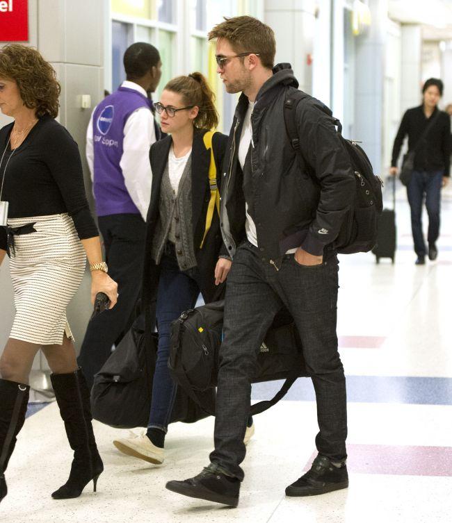 Kristen Stewart si Robert Pattinson au petrecut Ziua Recunostintei impreuna, la Londra. Cum s-au comportat cei doi in avion ndash; FOTO