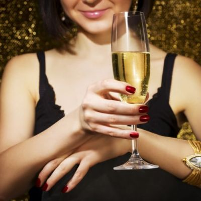 Vrei sa bei un cocktail si sa iti faci unghiile in acelasi timp? Incearca un nou concept de bar unde distractia si manichiura merg mana in mana