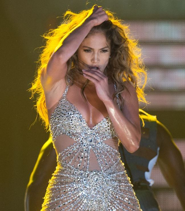 Pe scena diva sexy, pe strada...ochelarista. Cum arata Jennifer Lopez cand nu crede ca e pozata