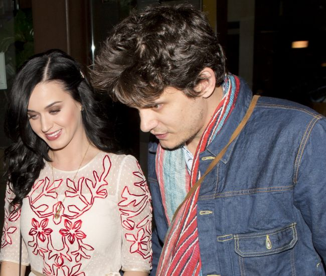 Katy Perry nu a vrut sa fie sexy de Valentine s Day. Cum s-a imbracat la o cina romantica