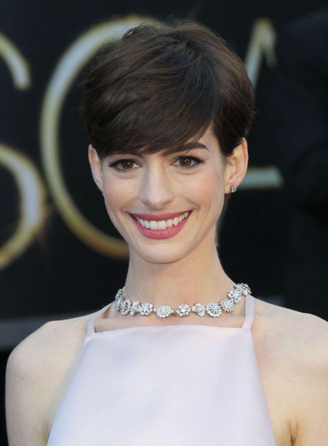 Anne Hathaway, gafa vestimentara fatala in cea mai importanta noapte a vietii ei: cu sfarcurile la vedere la ridicarea statuetei - FOTO