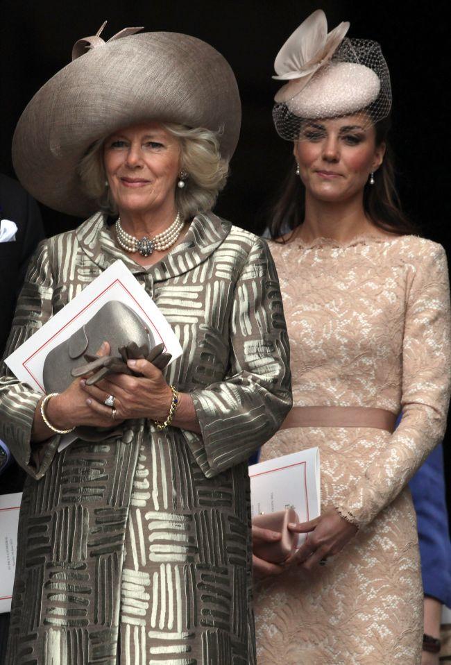 Camilla-Parker Bowles o desfiinteaza pe Kate si spune ca aceasta nu e insarcinata cu adevarat. Vezi cum isi sustine teoria